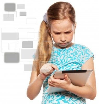 13668130-nino-mira-hacia-el-equipo-tablet-pc-ninos-con-la-tableta-aisladas-sobre-fondo-blanco