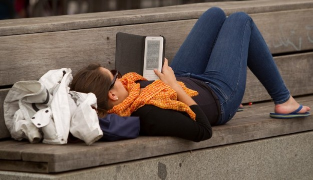 estudiante-leyendo-con-el-kindle